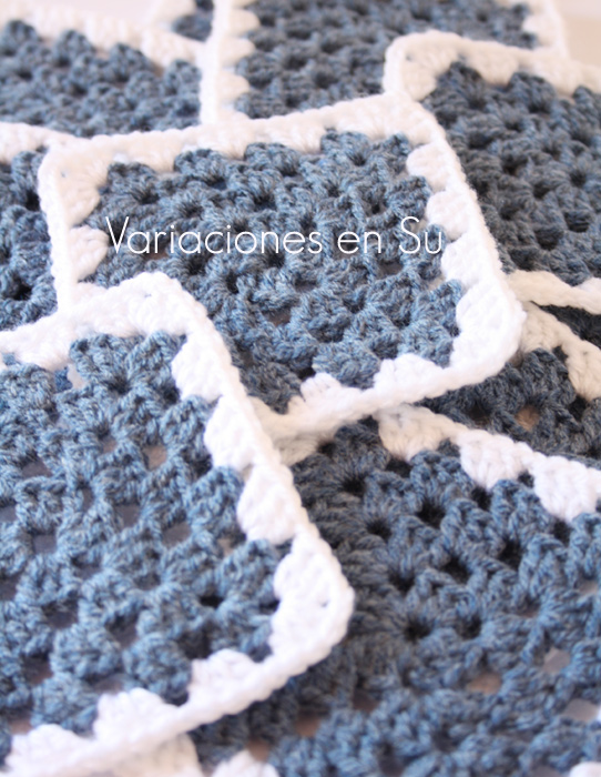 Granny squares o cuadrados de ganchillo tejidos en color azul dénim.