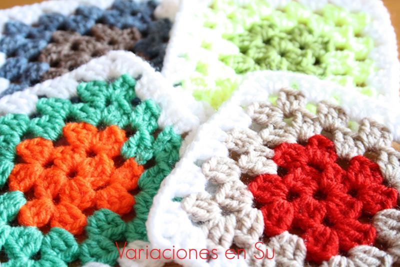 Granny squares o cuadrados tejidos a ganchillo en lana de varios colores.
