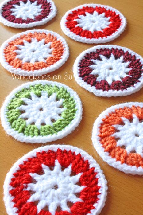 Círculos de ganchillo tejidos en lana de alegres colores.