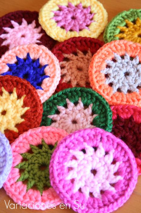 Círculos de ganchillo tejidos en lana de alegres y variados colores.