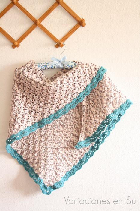 Chal de ganchillo tejido en lana de colores beige y azul.