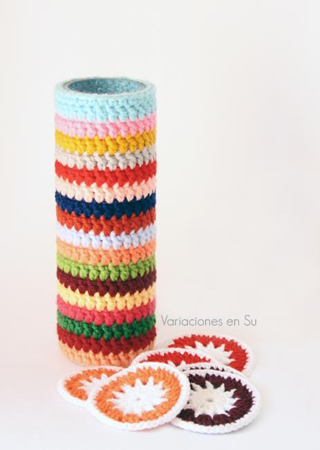 Funda de rayas para jarrón y círculos tejidos a ganchillo en lana de llamativos colores.