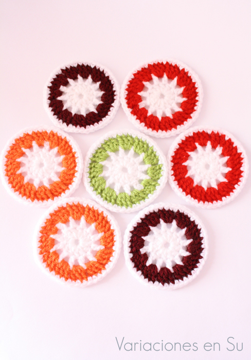 Círculos tejidos a ganchillo en lana de alegres colores.
