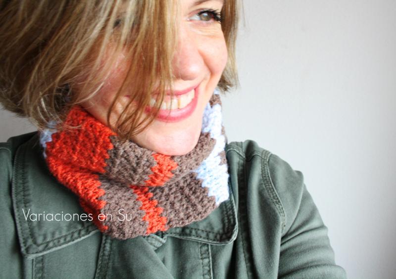 Cuello de ganchillo tejido en lana de alegres colores.