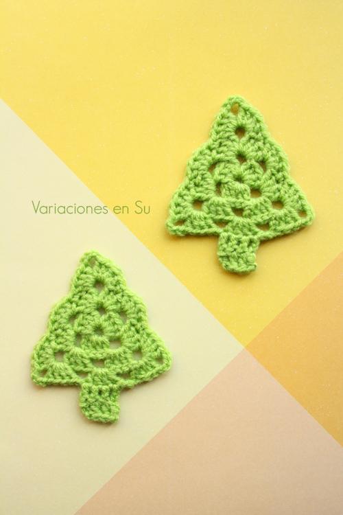 Árboles decorativos de Navidad tejidos a ganchillo en lana de color verde.