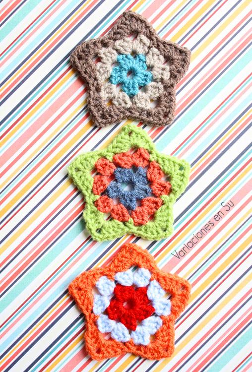 Estrellas tejidas a ganchillo en lana de alegres colores.