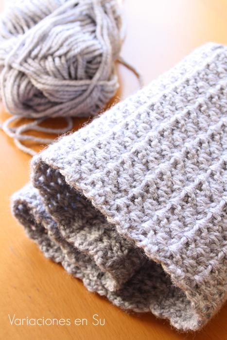 Cuello de ganchillo tejido en lana de color gris.