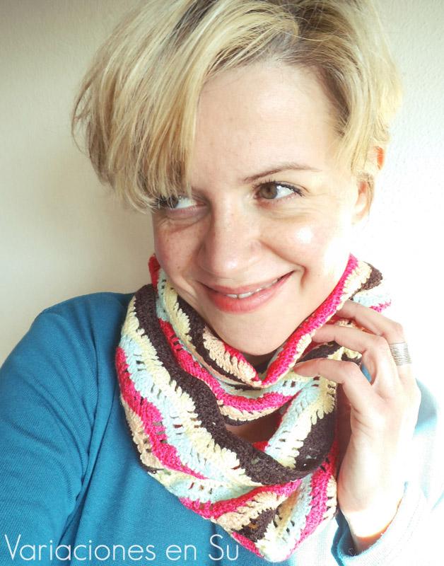 Cuello de ganchillo tejido en lana de varios alegres colores.