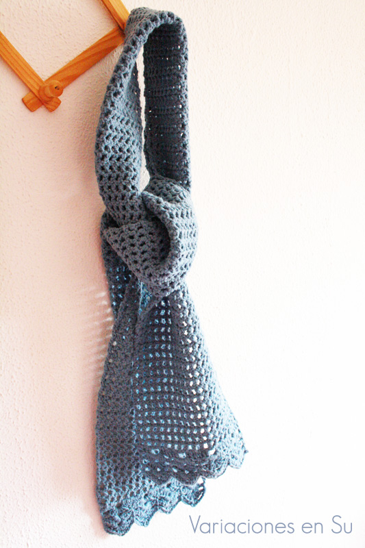 Bufanda de ganchillo hecha en punto calado, de aspecto vintage y romántico.
