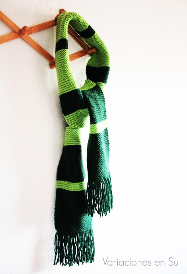 Bufanda de punto a rayas tejida con dos agujas en tonos verdes.