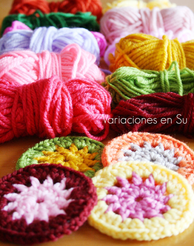 Círculos de ganchillo tejidos en lanas de varios colores.