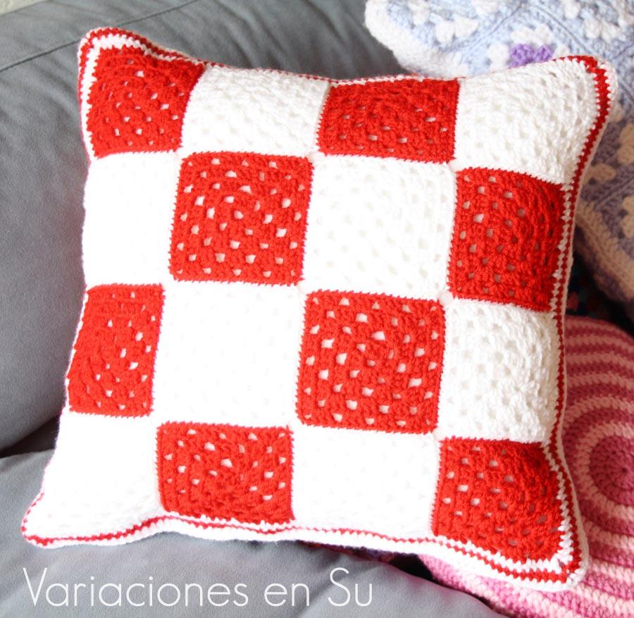 Cojín de ganchillo formado por granny squares en rojo y blanco. Detalle de la otra cara.