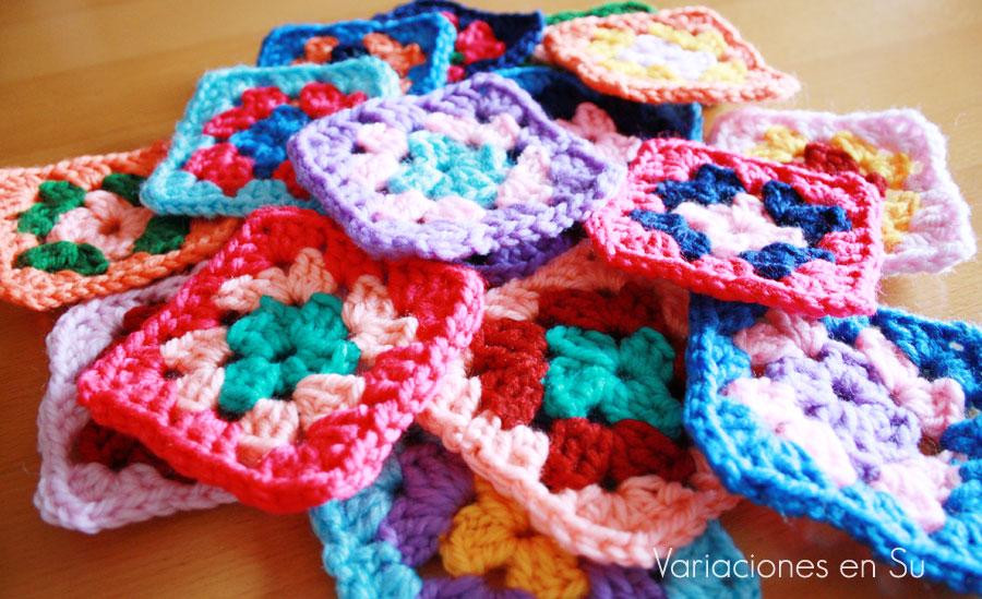 cuadrados tejidos a ganchillo en diversos colores