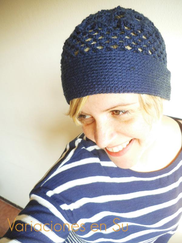 Gorro de ganchillo, calado, tejido en lana de color azul marino.