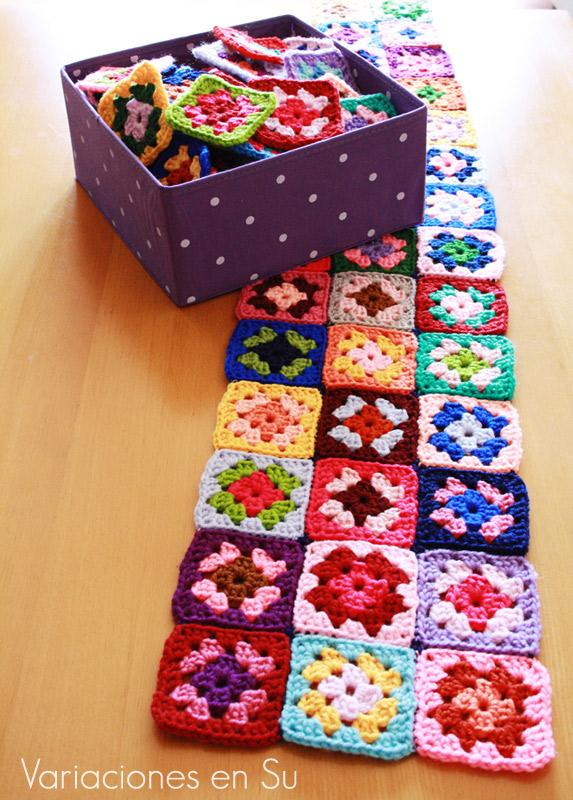 Manta de granny squares o cuadrados de ganchillo en proceso de creación.
