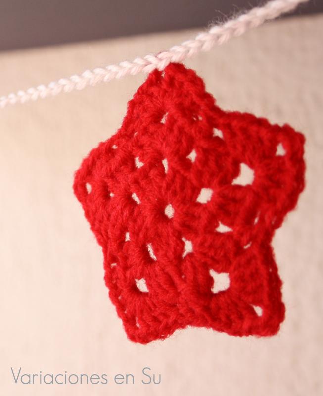 Estrella de ganchillo tejida en lana de color rojo.