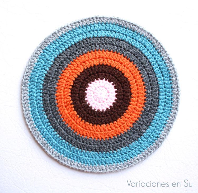 Círculo de ganchillo tejido en lana de varios colores.