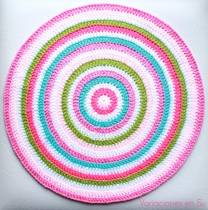 Centro de mesa de ganchillo, de forma circular y tejido en una alegre combinación de colores.