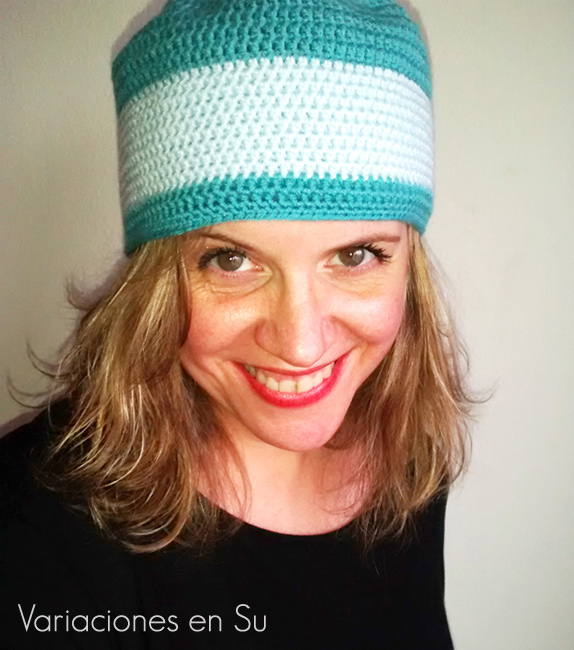 Gorro de ganchillo tejido en tonos azules, de diseño divertido y muy cómodo de llevar.