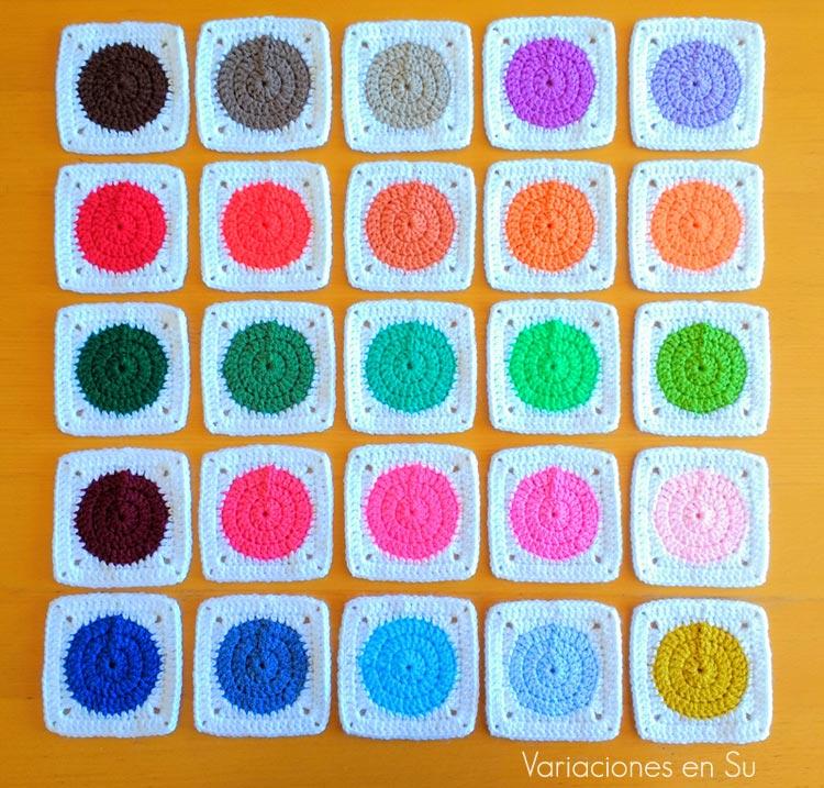 Granny squares o cuadrados tejidos a ganchillo con un círculo central enmarcado en blanco.