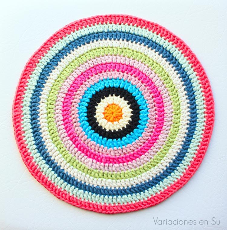 Centro de mesa de forma circular tejido a ganchillo en hilo de algodón de vivos colores.