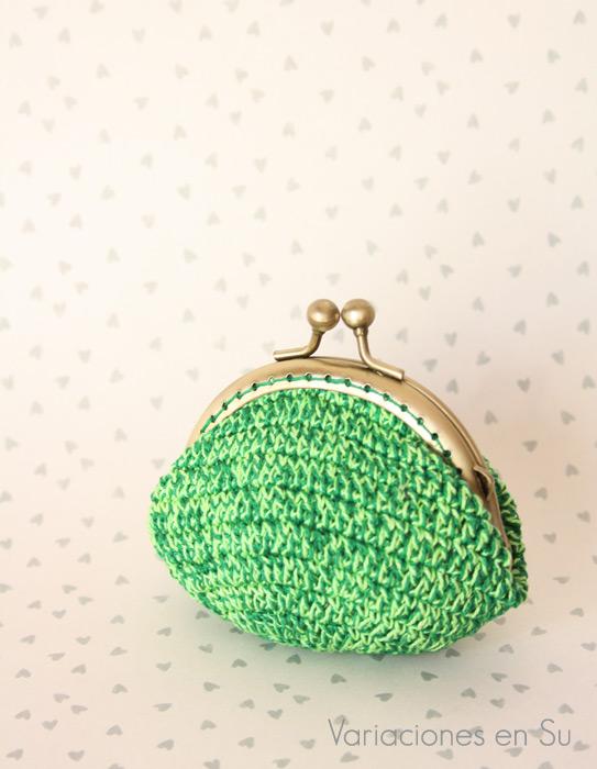 Monedero de ganchillo en tonos verdes acabado con boquilla metálica de color bronce.