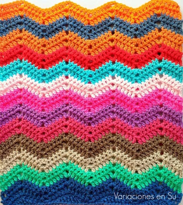 Ondas de ganchillo tejidas en lana de vivos colores.