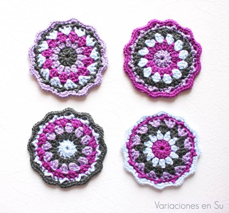 Set de posavasos tejidos a ganchillo en los colores violeta, azul celeste y gris marengo.