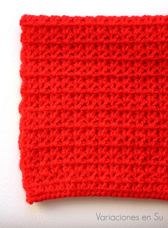 Cuello de ganchillo tejido en lana acrílica de color rojo.