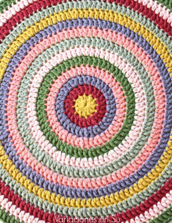 Centro de mesa de forma circular tejido a ganchillo con hilo de algodón de muchos colores.