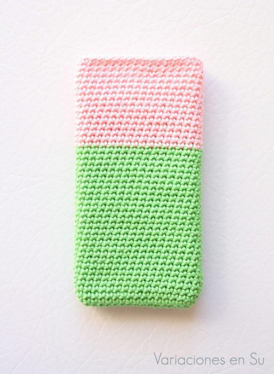 Funda para móvil tejida a ganchillo con hilo de algodón en los colores verde y rosa.