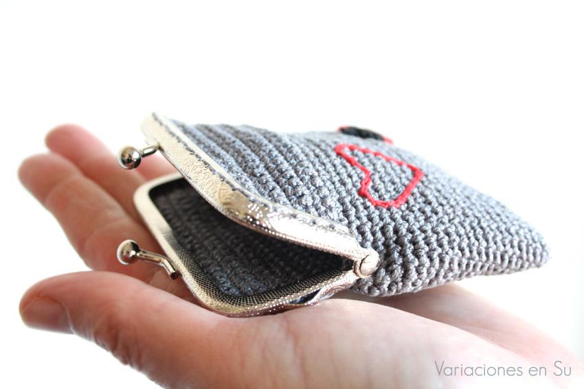 Monedero de ganchillo en color gris con boquilla metálica plateada.
