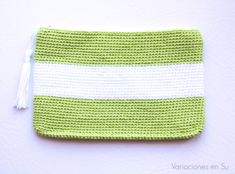 Neceser de ganchillo tejido con hilo de algodón en los colores verde y blanco.