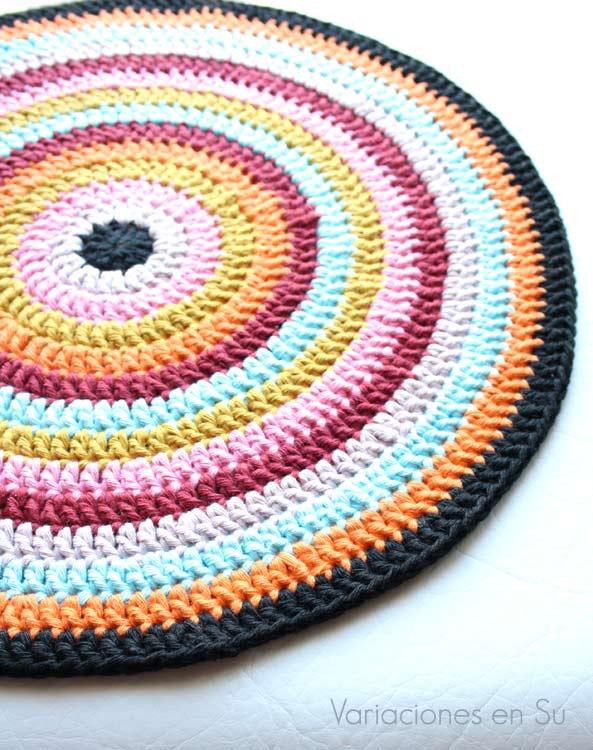 Centro de mesa tejido a ganchillo con hilo de algodón. Colores: negro, naranja, azul, granate, amarillo mostaza y tonos rosas.
