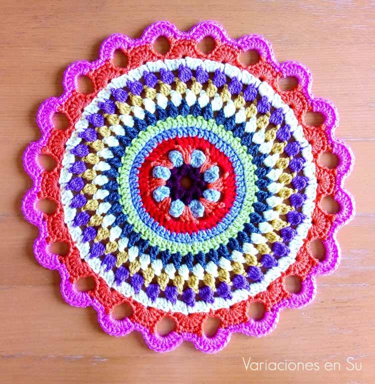 Mandala de ganchillo tejida con lana de alegres colores.