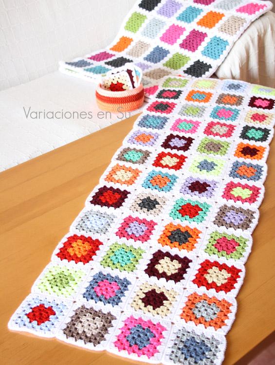 Manta de granny squares en proceso de elaboración, con varias filas de cuadrados de ganchillo unidos.