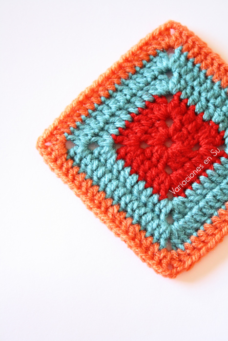 Granny square o cuadrado de ganchillo tejido en lana de alegres colores.
