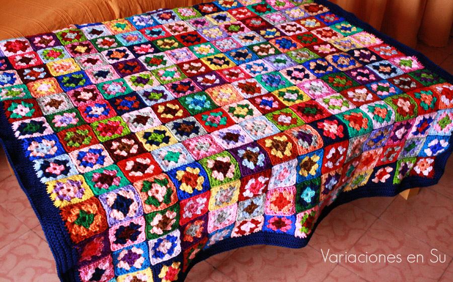 Manta de granny squares o cuadrados de la abuela. Tejida en ganchillo con lana de muchos colores.