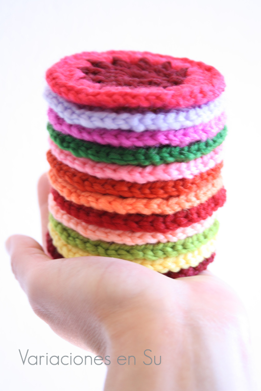 Círculos de ganchillo tejidos en lana de varios colores.