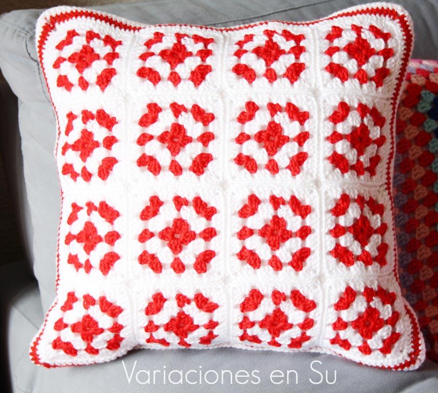 Cojín de ganchillo formado por granny squares en rojo y blanco. Detalle de una de las caras.