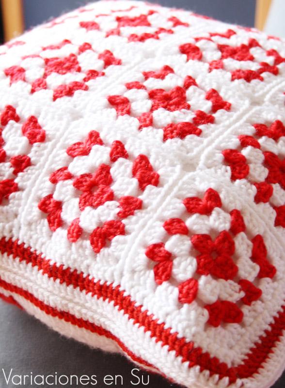 Cojín de ganchillo formado por granny squares en rojo y blanco. Detalle de la costura.