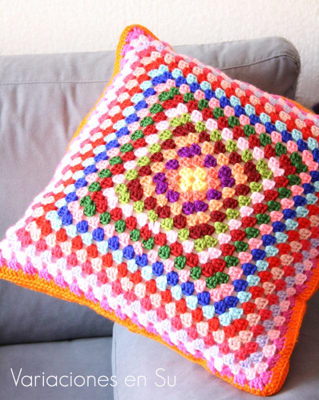 Cojín de ganchillo tejido a partir de un granny square grande, con lanas de muchos colores.