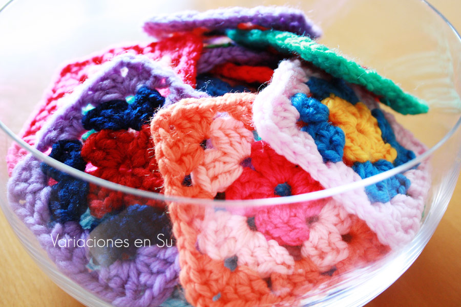 Cuadrados de ganchillo tejidos en varios colores.