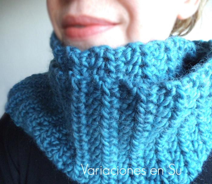 Cuello de ganchillo tejido en lana gruesa de color azul.