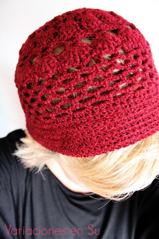 Gorro de ganchillo calado, tejido en lana de color granate.