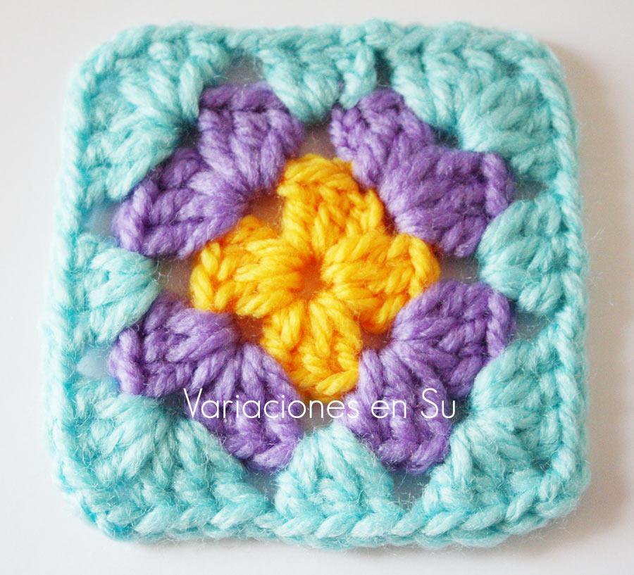 Cuadrado de ganchillo o granny square clásico, tejido en tres vueltas de diferentes colores.
