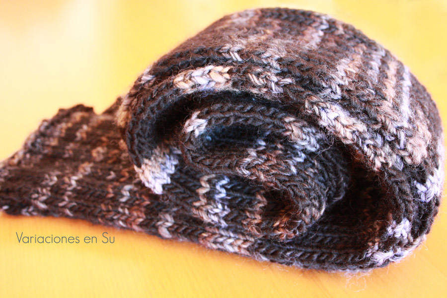 Bufanda de lana tejida a dos agujas en color gris.