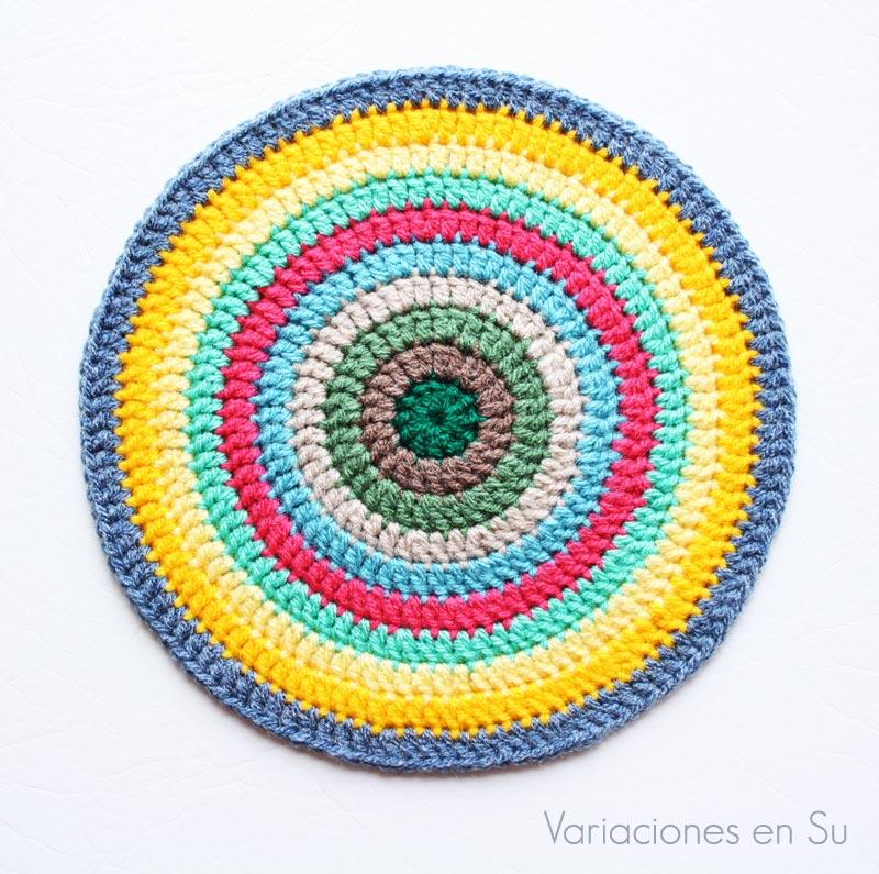 Círculo de ganchillo tejido en lana de variados y alegres colores.