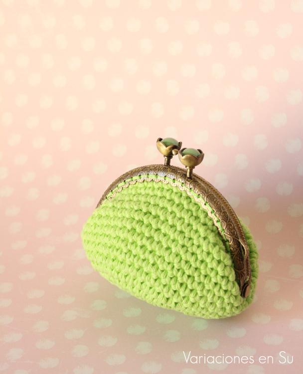 Monedero de ganchillo en color verde, con boquilla metálica en color bronce y cierre en forma de flor.
