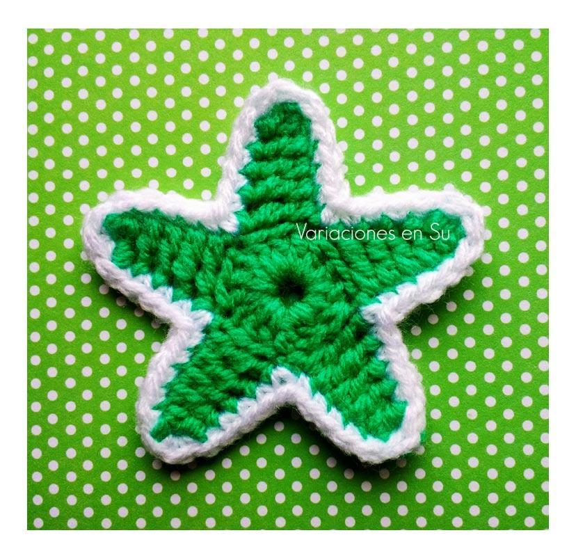 Motivo navideño de ganchillo en forma de estrella.